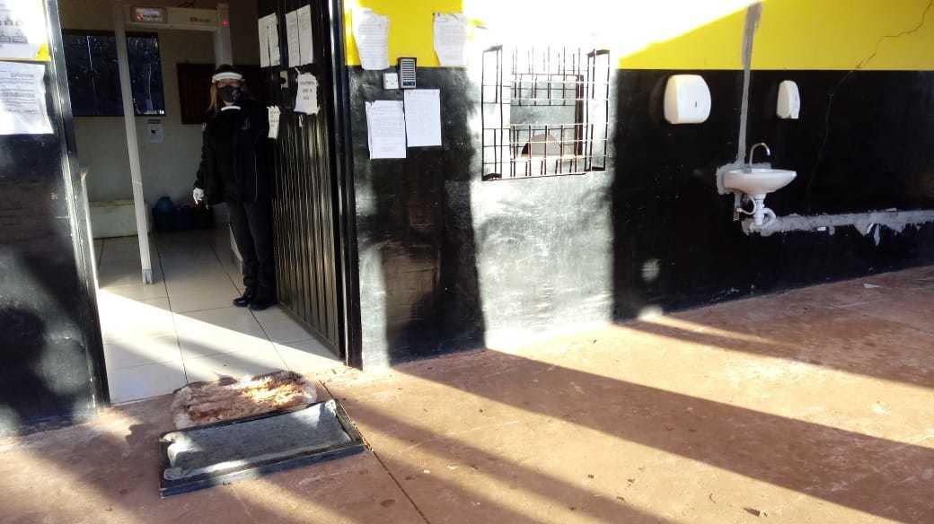 Usando luva, máscara e protetor de rosto, servidora abre portão no presídio de Ponta Porã (Foto: Divulgação)