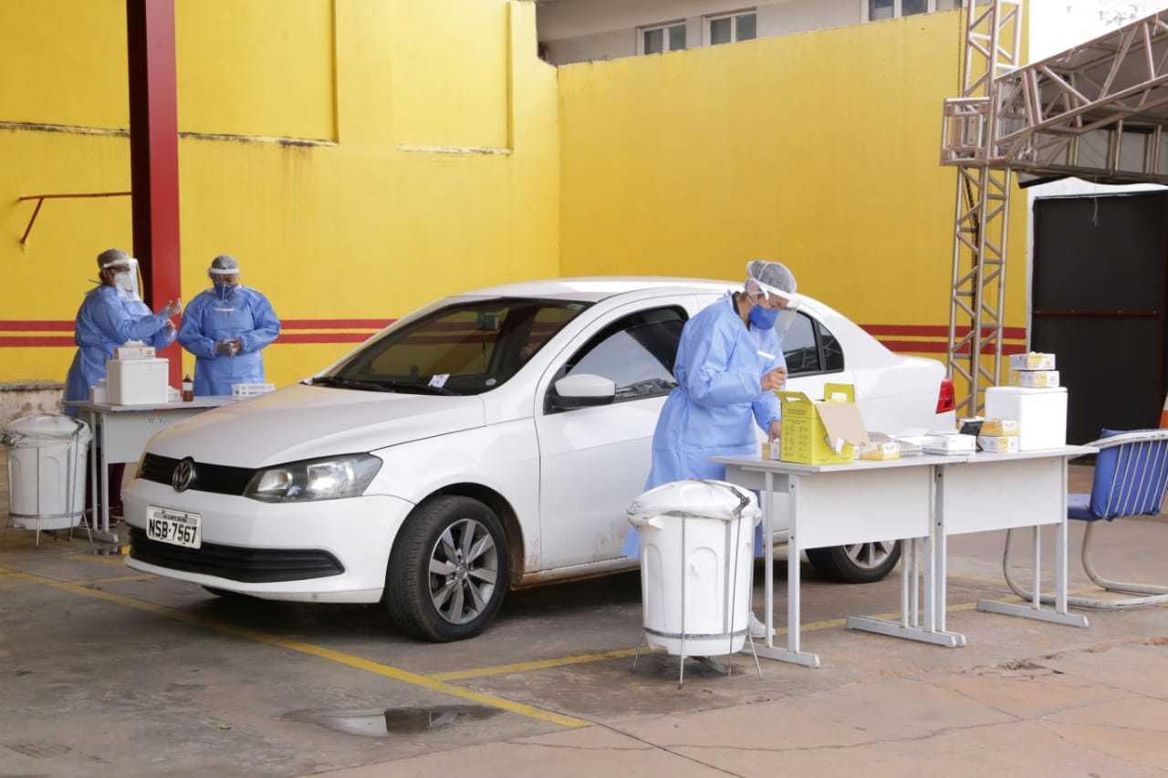 Drive-thru no quartel central dos Bombeiros em Campo Grande coleta amostras para exames RT-PCR (Foto: Kísie Ainoã/Arquivo)
