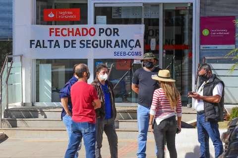 """Sindicalistas alegam falta de segurança e """"fecham"""" duas agências bancárias"""