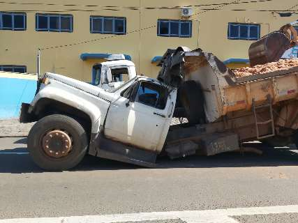 Caminhão carregado de areia quebra no meio da Gury Marques