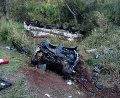 Veículos caem em ribanceira após colisão e mulher morre na BR-163