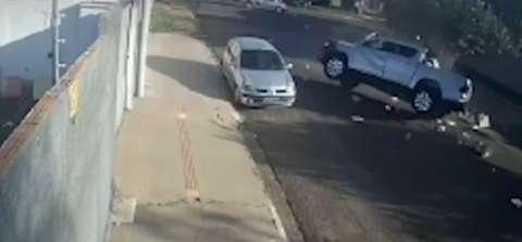 Vídeo mostra colisão que causou capotagem de Hilux em cruzamento