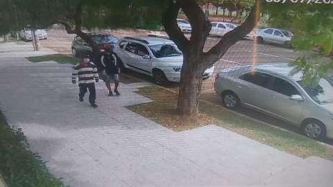 Em apenas 40 segundos, dupla de assaltantes furta carro estacionado no Centro