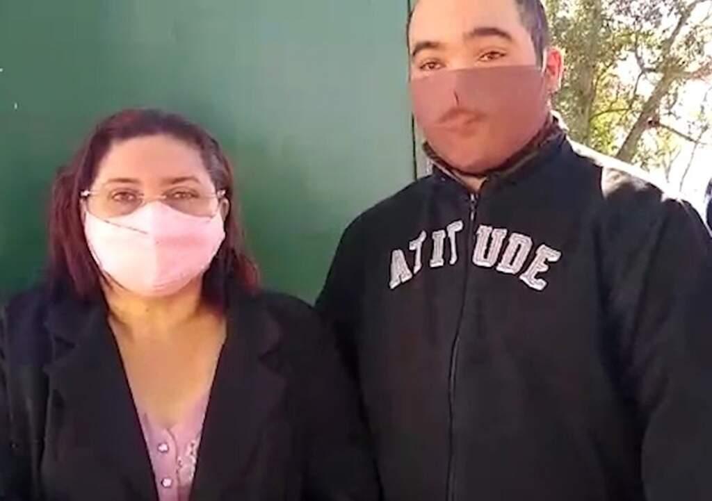 Sueli Monteiro, viúva de Antonio Carlos Monteiro, e um dos filhos do médico (Foto: Reprodução)