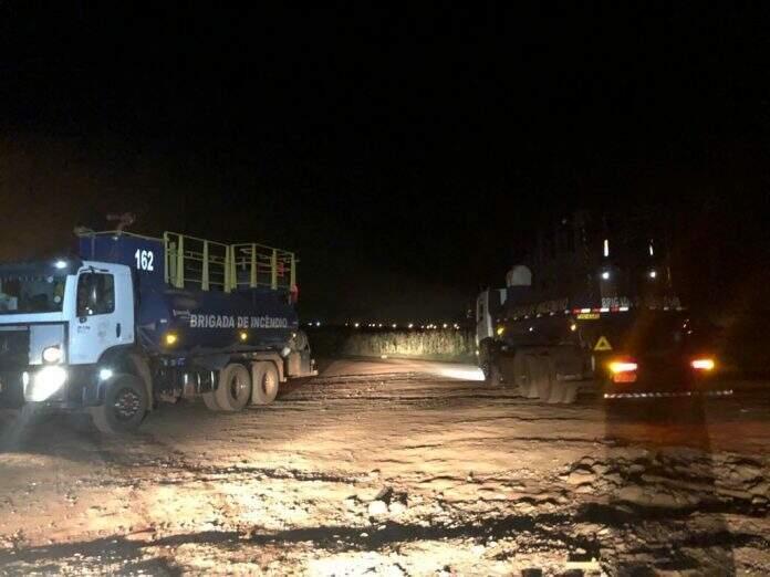 Caminhões pipa utilizados para armazenar a água utilizada no combate às chamas. (Foto: Alvorada Informa)