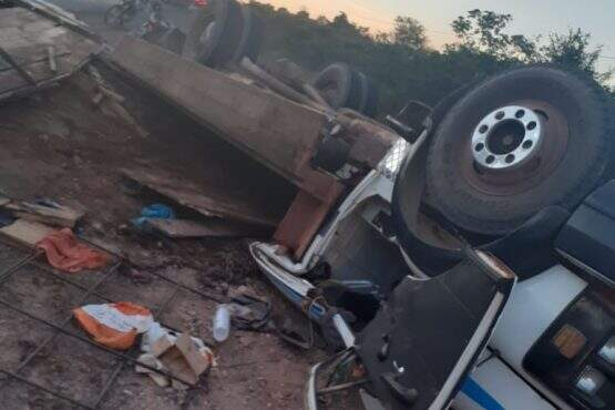 Caminhão ficou completamento destruído. (Foto: MS em Foco)