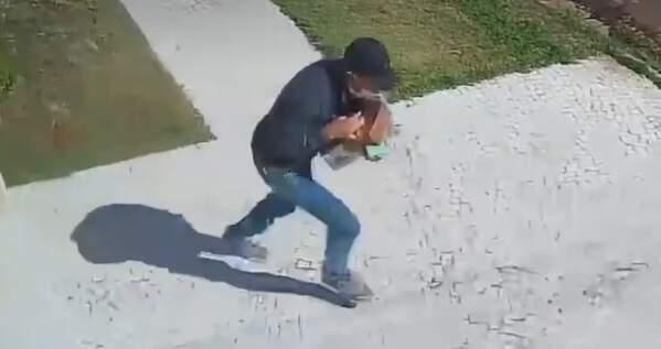 Bandido saindo de joias furtadas de casa no Carandá Bosque. (Foto: Reprodução/Vídeo)