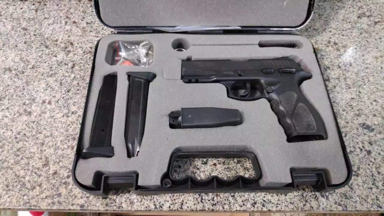 Pistola e acessórios roubados de uma casa em Dourados em maio (Foto: Divulgação)