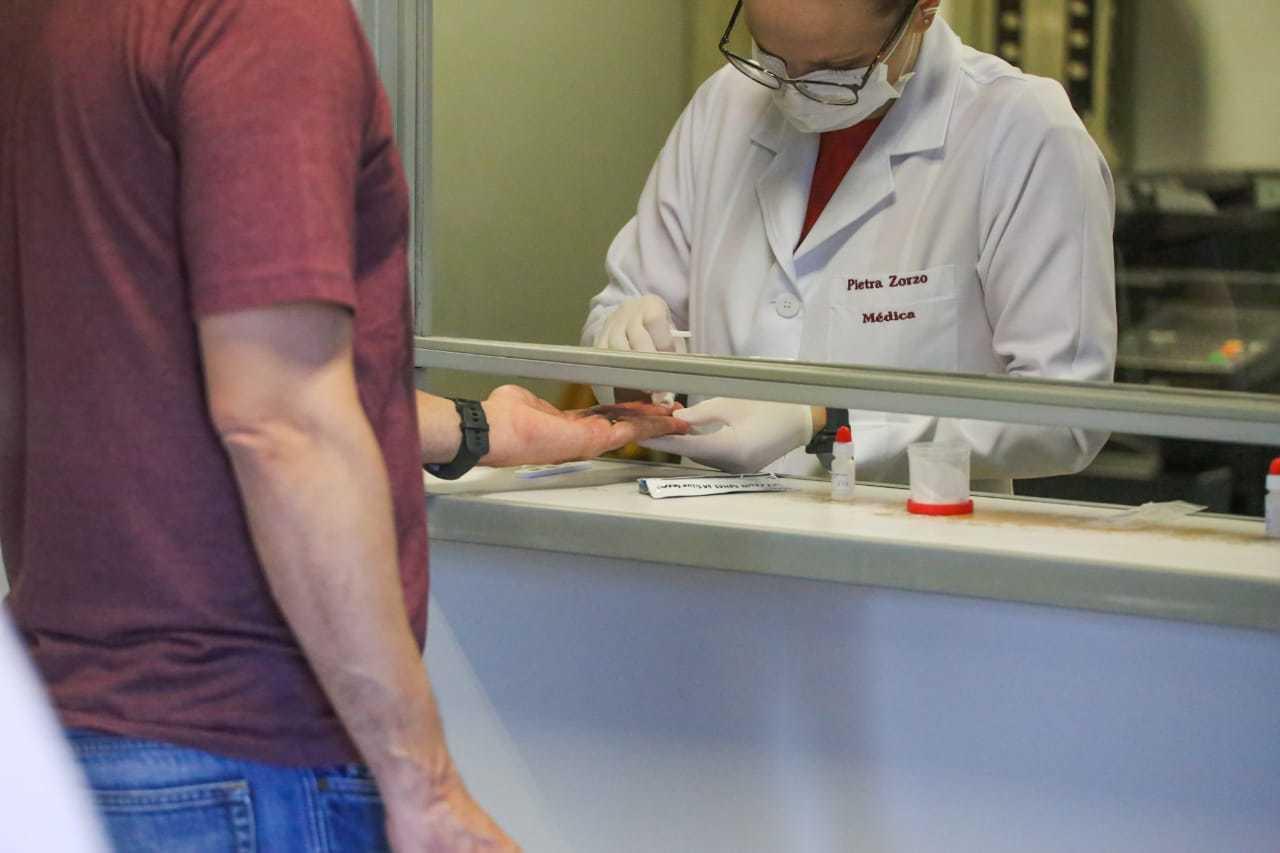 Homem fazendo teste de covid-19 na Capital. (Foto: Marcos Maluf)