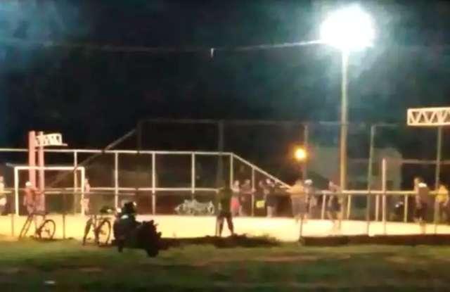 Grupo é flagrado jogando bola após toque de recolher no Lageado