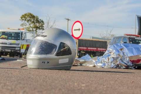 Motociclista morre em acidente com carreta na saída para São Paulo