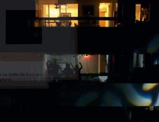 Os moradores curtindo o arraial da sacada do prédio. (Foto: Reprodução/Live Arraiá na Sacada)