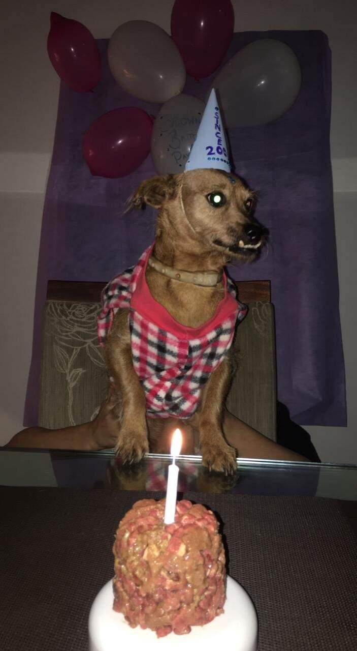 Brown usando o chapeuzinho de aniversariante e em frente ao bolo que ganhou para comemorar os 11 anos. (Foto: Arquivo pessoal)