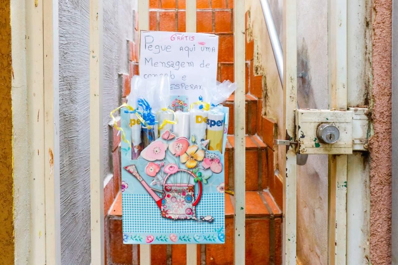 A caixa com as cartas e revistas está presa ao portão de grade. (Foto: Henrique Kawaminami)