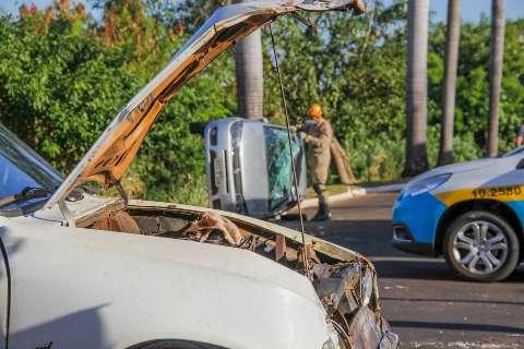Trabalhador empresta carro para entregar salgados e veículo capota após colisão