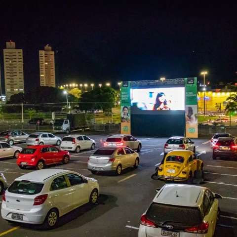 Com vista para a Afonso Pena, sessão drive-in mata a saudade do cinema
