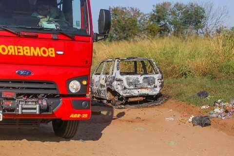 Uno incendiado e abandonado sem as rodas perto da BR-262 era furtado