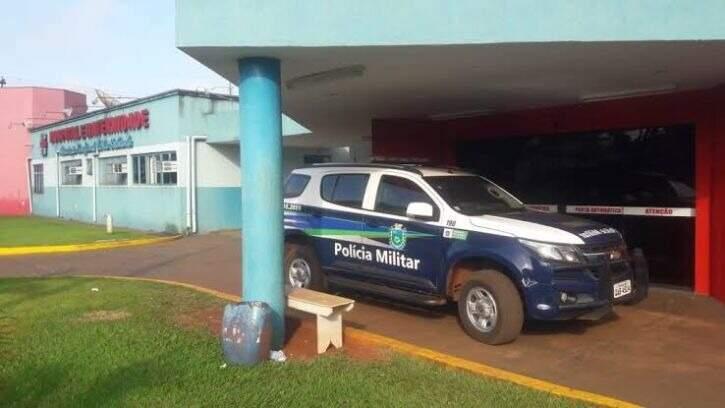 Viatura da Polícia Militar em frente ao hospital para onde a vítima foi levada. (Foto: Rio Brilhante em Tempo Real)
