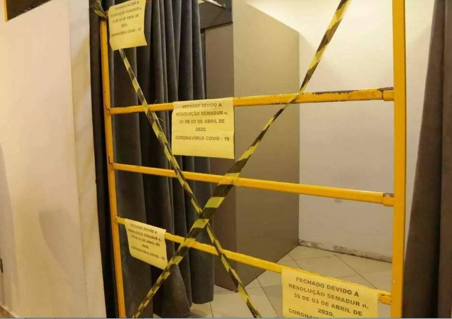 Provador de loja fechado quando ainda estava em vigor o decreto da prefeitura (Foto: Kísie Ainoã)