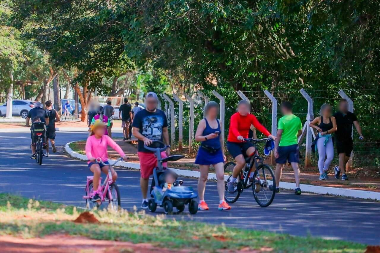 Família caminhando e andando de bicicleta em avenida do Parque dos Poderes (Foto: Marcos Maluf)