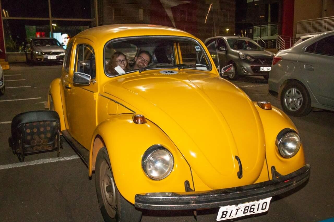 Arthur e Livia retiraram o banco pra ficarem deitados no carro (Foto: Henrique Kawaminami)