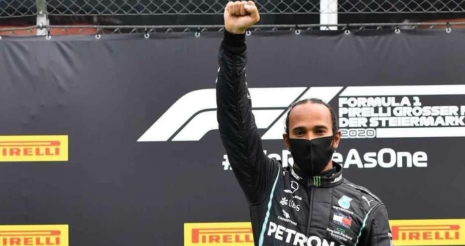 Punho cerrado do campeão do GP deste domingo, Lewis Hamilton. O símbolo é um protesto contra o racismo (Foto: Revista Quatro Rodas/AFP)