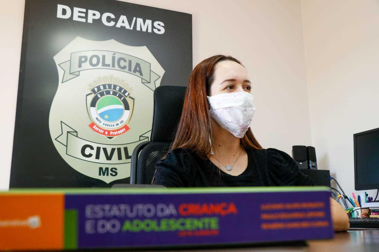 Delegada Franciele Candotti, titular da DPCA, durante entrevista (Foto: Henrique Kawaminami)