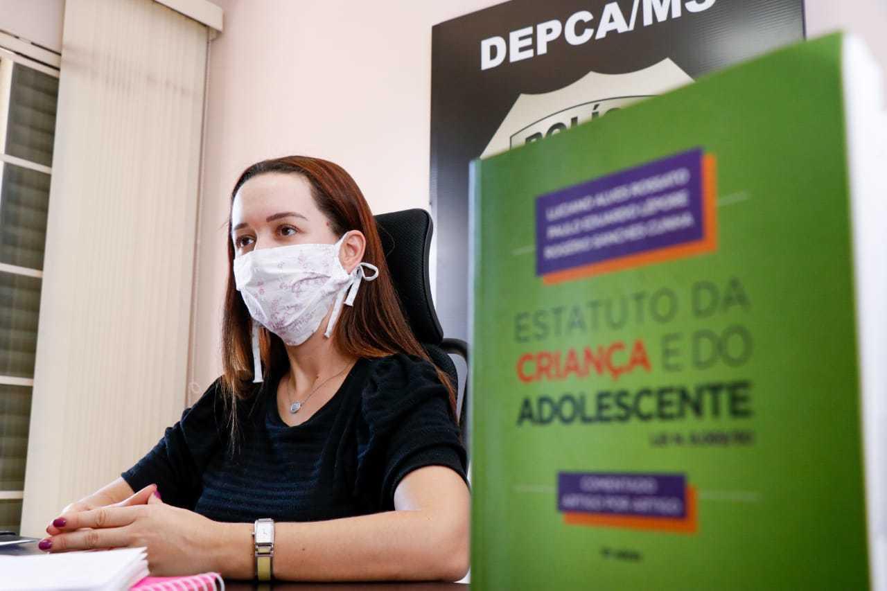Delegada Franciele Candoti, durante entrevista na DPCA (Foto: Henrique Kawaminami)