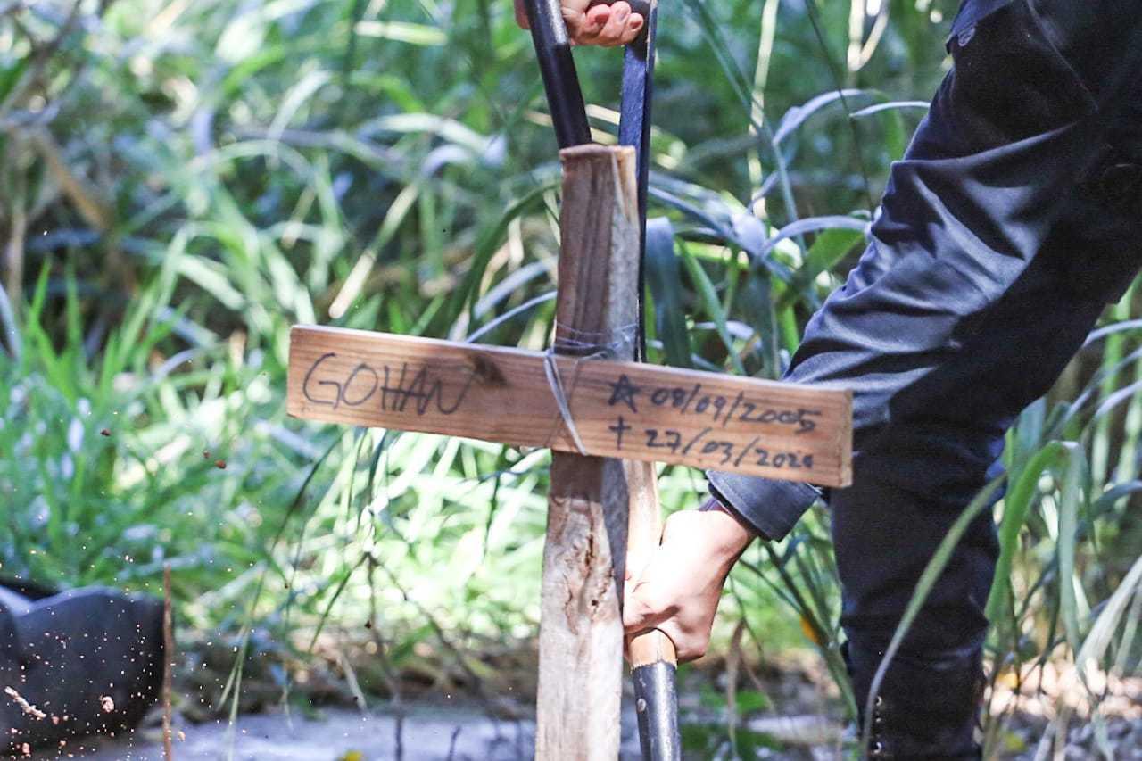 Cruz indicando de quem é o corpo enterrado em terreno no Autonomista. (Foto: Marcos Maluf)