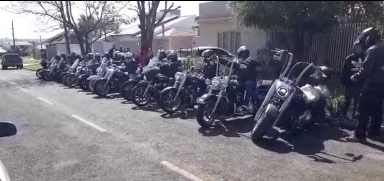 As motos dos integrantes do Germanus MCLE (Moto Clube Law Enforcement) estacionadas em Ponta Porã. (Foto: Arquivo pessoal)
