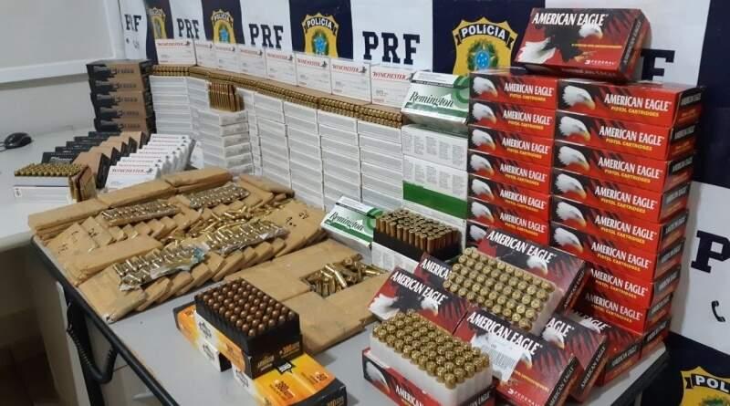 Munições foram encontradas em fundo falso de assoalho. (Foto: Divulgação/PRF)