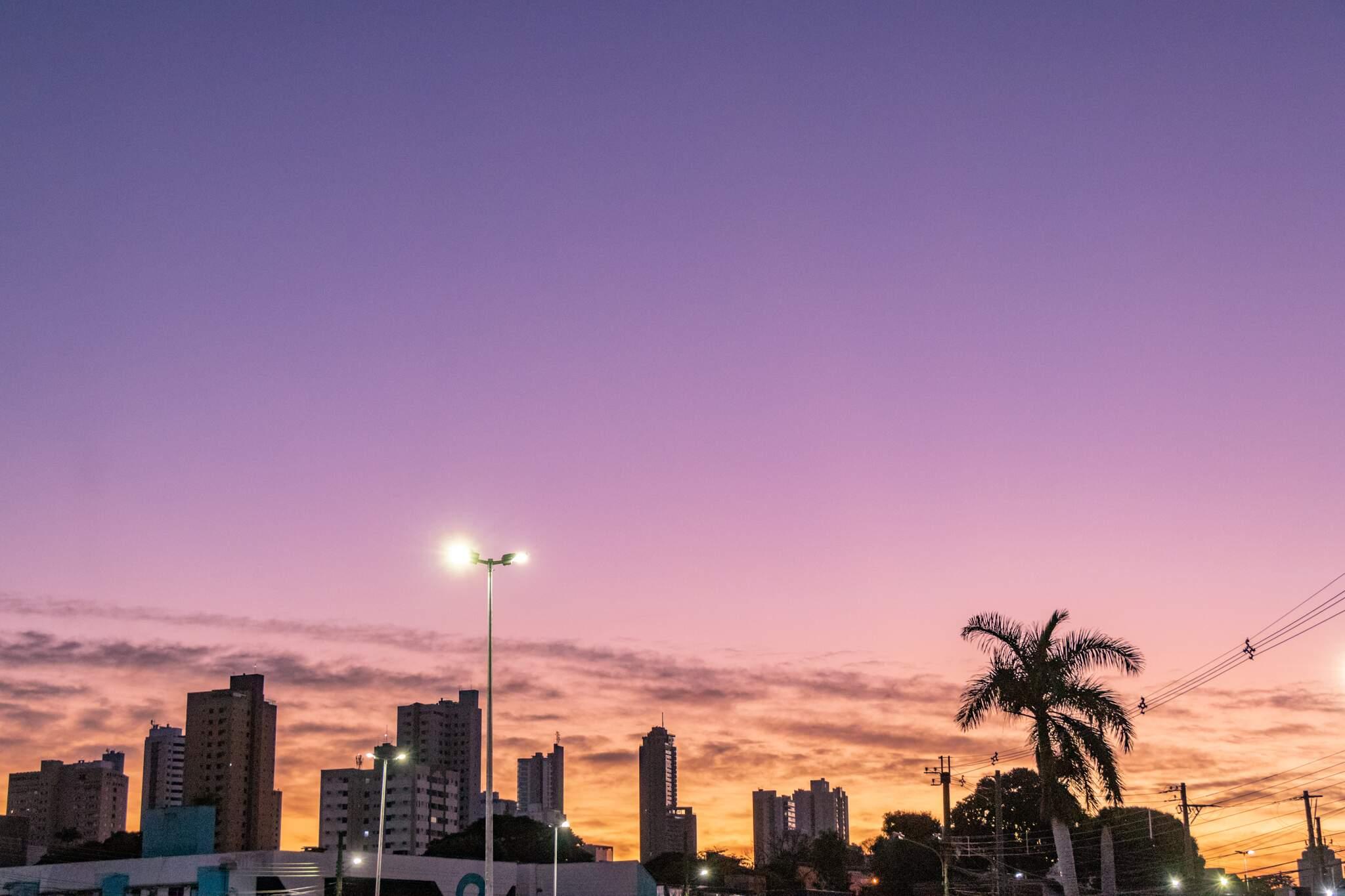 Céu rosado no início da manhã desta segunda-feira (13) em Campo Grande. (Foto: Henrique Kawaminami)