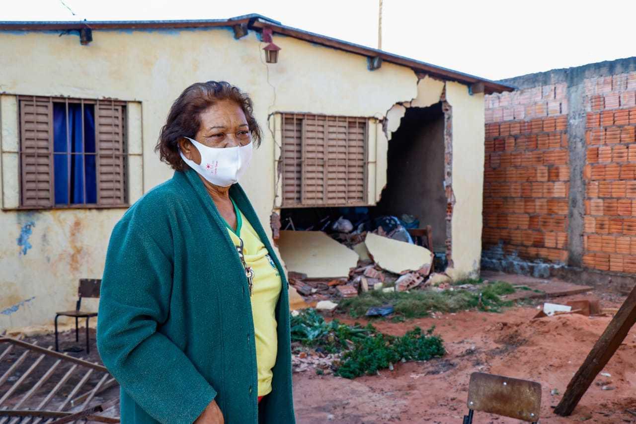 Proprietária da casa atingida por veículo (Foto: Henrique Kawaminami)