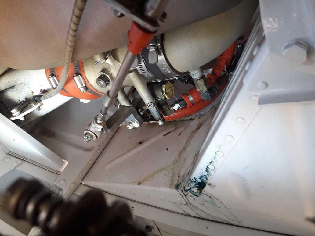 Mancha azulada mostra vazamento de avgas em compartimento de aeronave (Foto: Direto das Ruas)