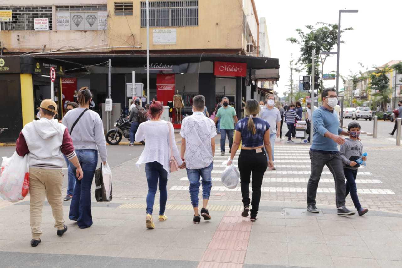 Movimento nas ruas de Campo Grande segue em alta, apesar dos pedidos de isolamento. (Foto: KIsie Ainoã)