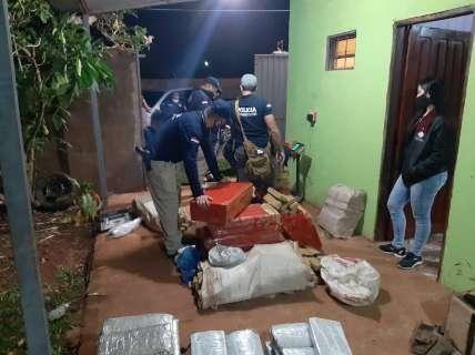 """Polícia apreende 739 quilos de maconha em """"laboratório"""" do tráfico na fronteira"""