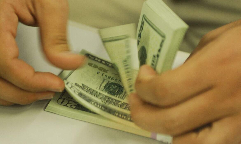 Notas de dólares sendo contadas. (Foto: Marcello Casal Jr/AgênciaBrasil)