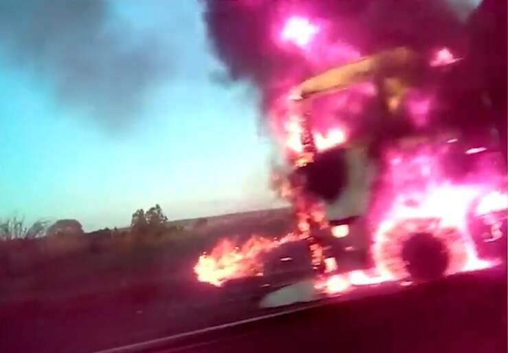 Cabine do veículo completamente tomada pelas chamas. (Foto: Divulgação)