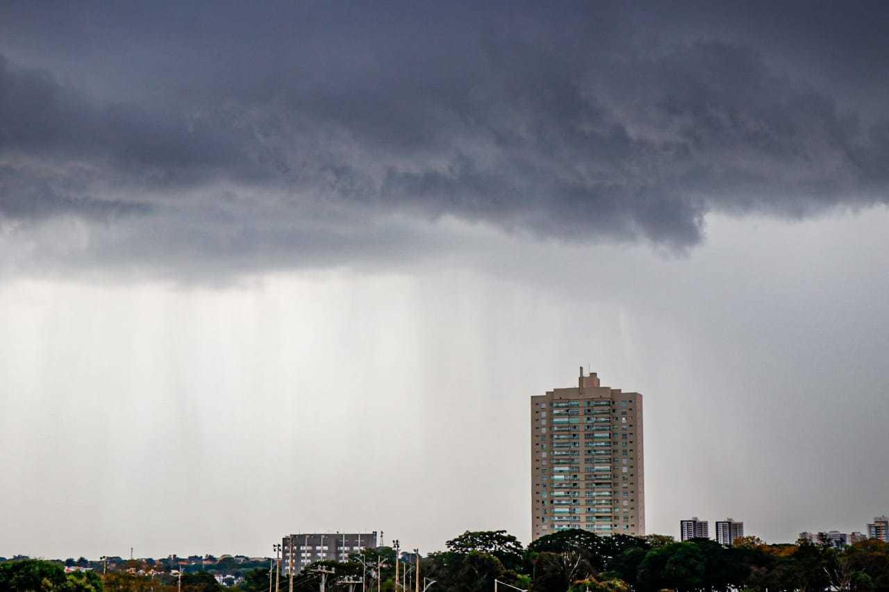 Nuvens ficaram carregadas e trouxeram chuva para os altos da Avenida Afonso Pena, em Campo Grande(Foto: Henrique Kawaminami)