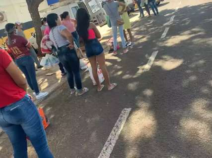 Moradora reclama de falta de máscaras em fila para presídio feminino