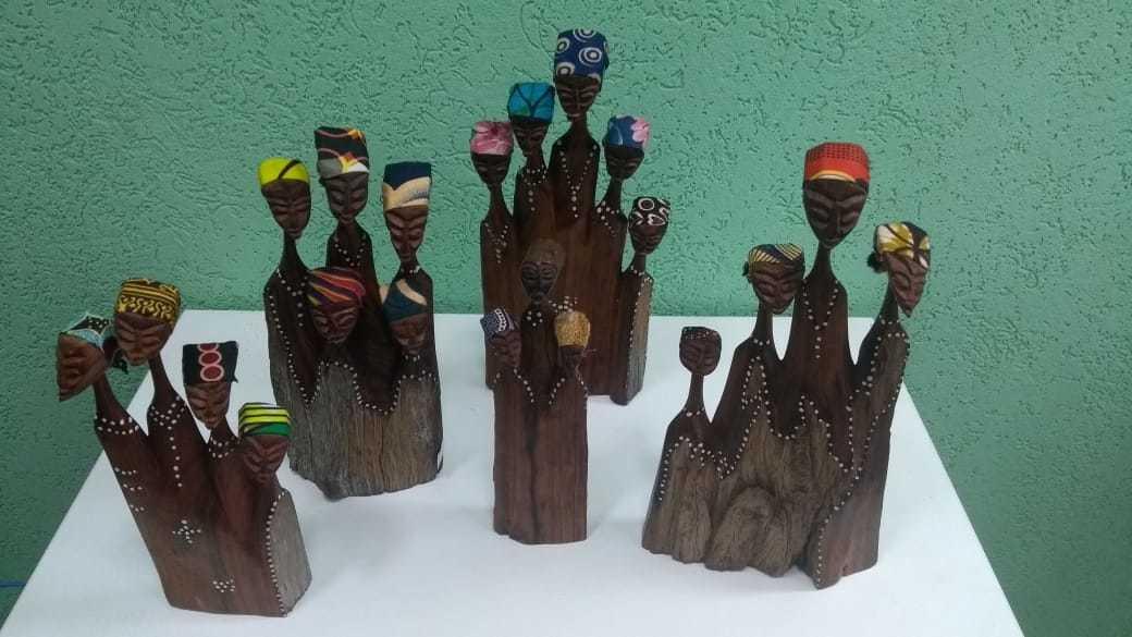 Tem esculturas de madeiras que servem para guardar canetas. (Foto: Divulgação)