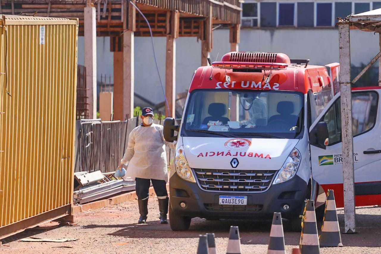 Ambulância do Samu na área onde o HR dispõe de contêiner refrigerado para substituir câmara mortuária para vítimas da covid (Foto: Marcos Maluf)