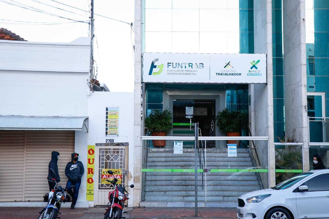 Fachada da Funtrab, na Rua 13 de Maio, no Centro de Campo Grande. (Foto: Henrique Kawaminami)