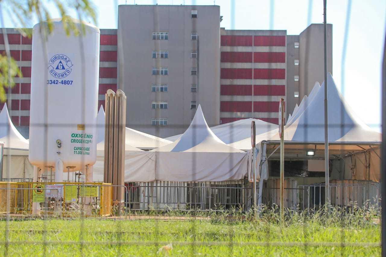 Hospital Regional Rosa Pedrossian atrás da tenda onde funciona o hospital de campanha (Foto: Marcos Maluf)