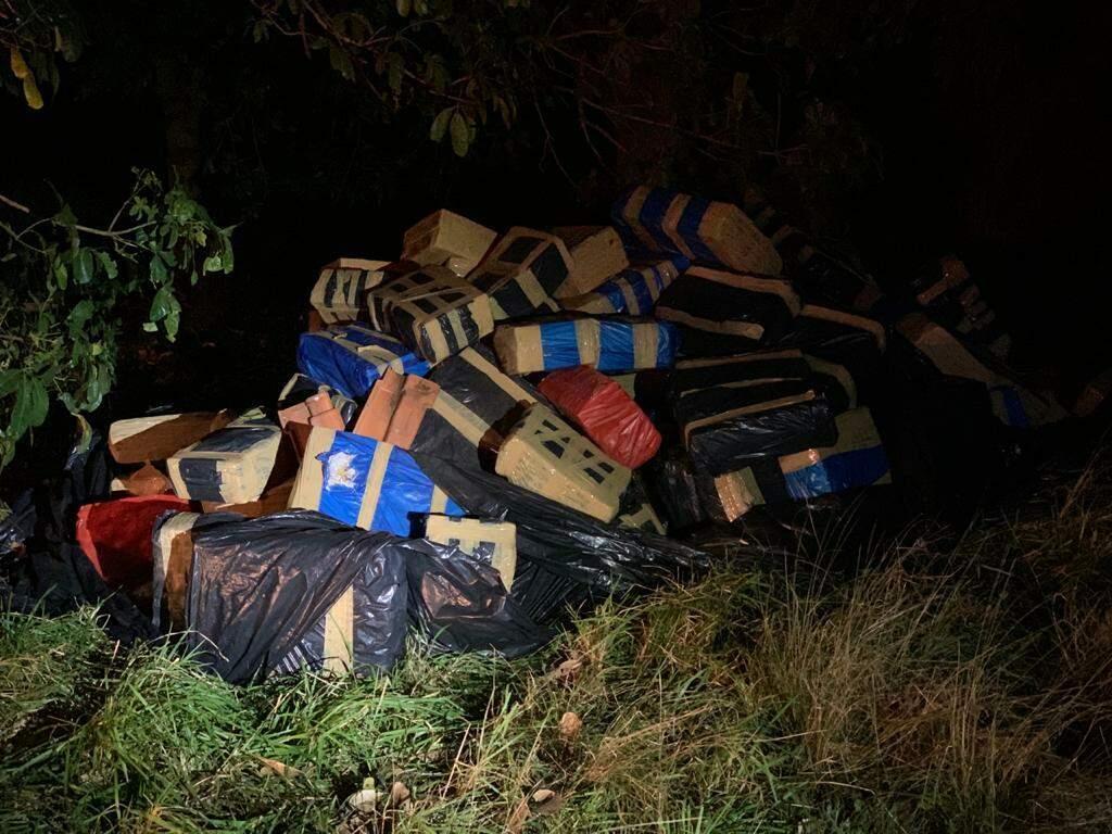 Fardos de maconha estavam escondidos embaixo de árvores. (Foto: Batalhão de Choque)