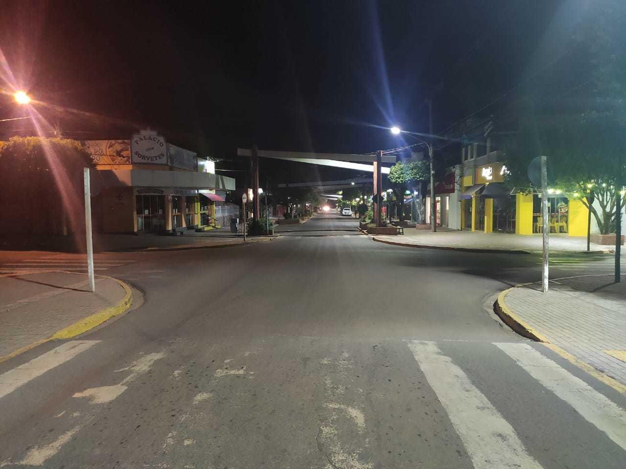 O centro de Bonito por volta de 21 horas no último domingo, 19. Em períodos de normalidade a região central da cidade estaria fervilhando de gente (Foto: Divulgação)