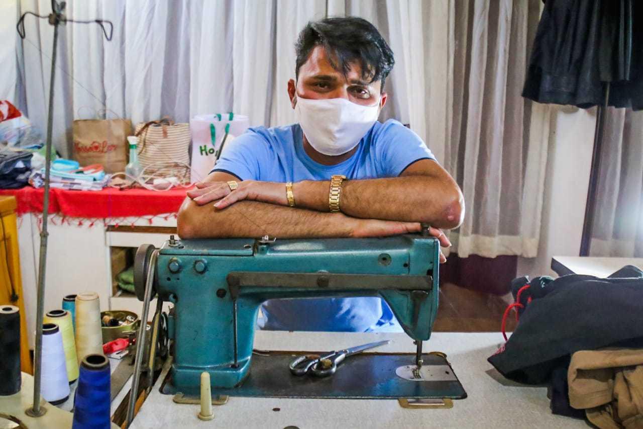 Paulo aprendeu a costurar com a mãe, aos 10 anos de idade (Foto: Marcos Maluf)