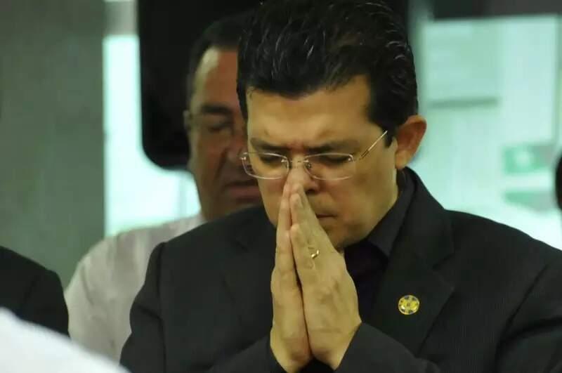 """Olarte faz oração; ex-prefeito foi condenado pelo """"golpe do cheque em branco"""" (Foto: Arquivo/Campo Grande News)"""