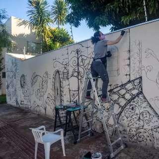 """Arte que se espalha em muro """"abraça"""" curiosos na pandemia"""