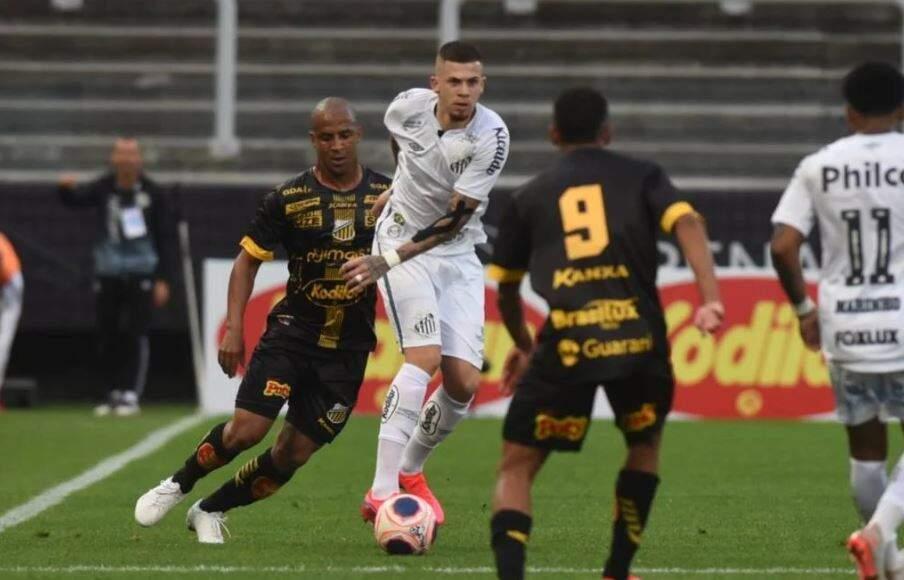 Lance do jogo entre os times neste domingo. (Foto: Ivan Storti/SantosDivulgação/Reprodução Gazeta Esportiva)